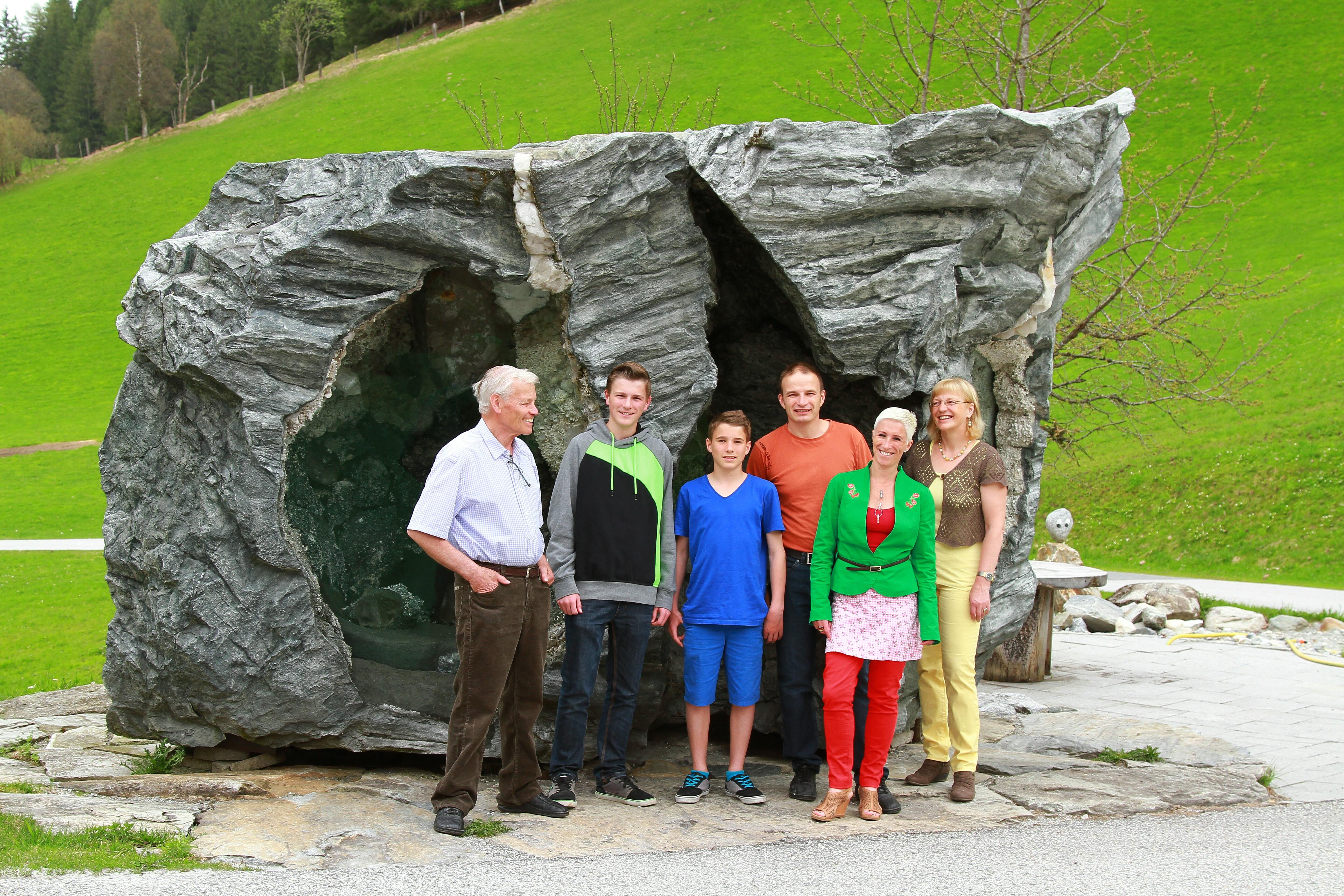 Familie Steiner bei der Kristallkluft vorm Haus